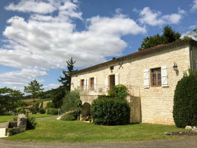 Beautiful property with gîte, barn and 6,5 ha